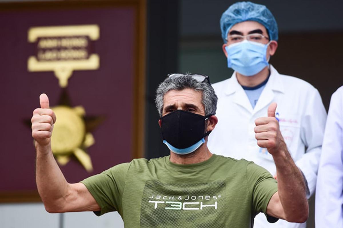 Bệnh nhân người Pháp phấn khích khi xuất viện. Ảnh: Giang Huy.
