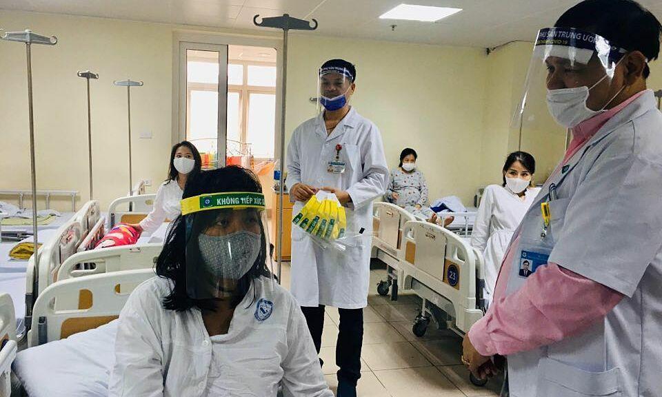Các bác sĩ tặng mũ chắn giọt bắn tự làm cho thai phụ. Ảnh: L.N