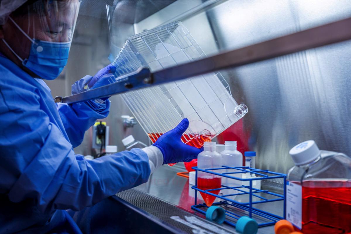 Một nhà nghiên cứu của Đại họcPittsburgh trong phòng thí nghiệm điều chế vaccine Covid-19 ngày 28/3. Ảnh.UPMC/ Reuters