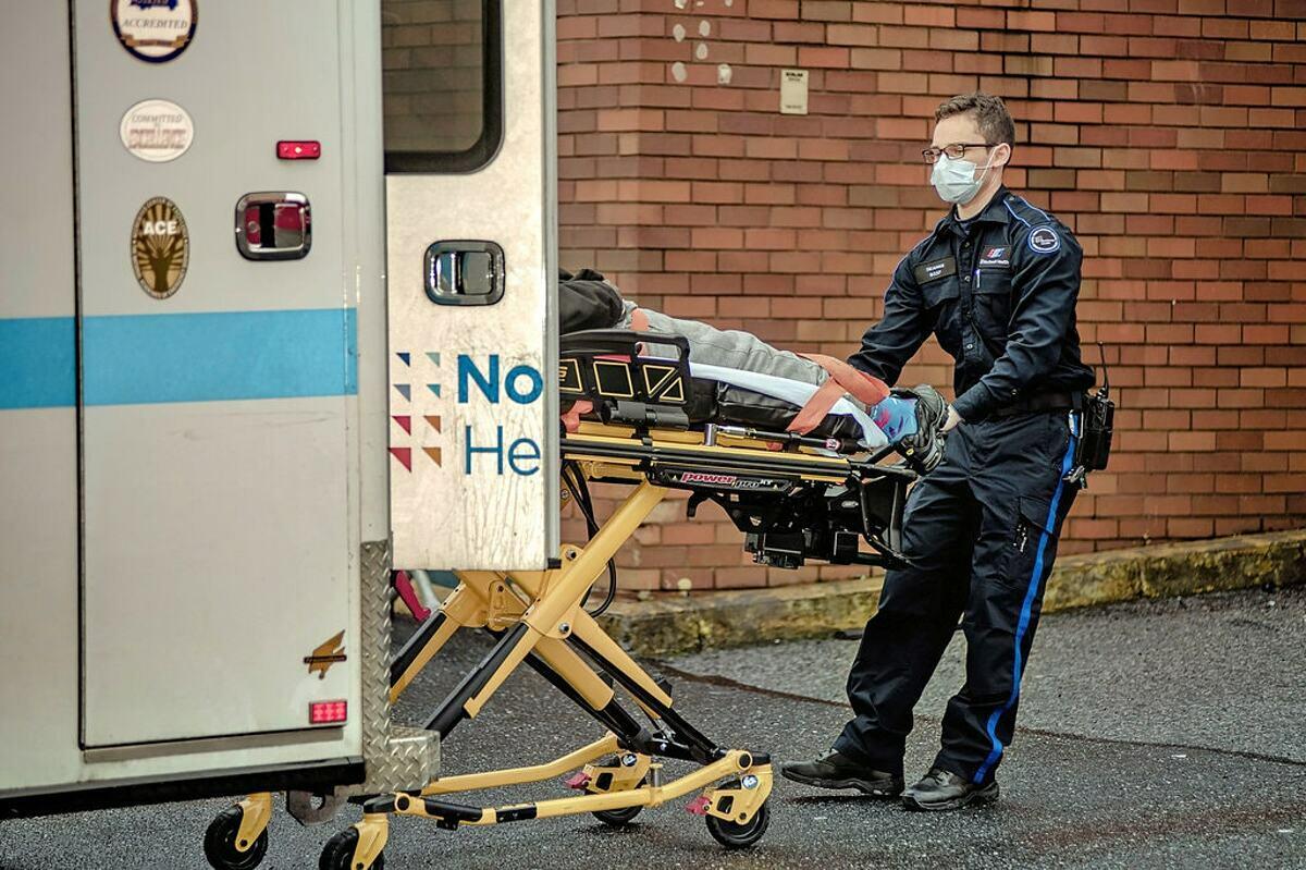 Một bệnh nhân đang được đưa vào Bệnh viện Elmhurst ở Queens ngày 31/3. Ảnh: NY Times