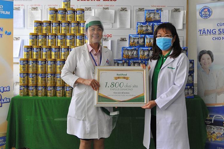 1.800 chai sữa EnPlus Diamond góp phần giúp bệnh nhân cao tuổi tại Bệnh viện Đa khoa Bình Dương tăng sức đề kháng.