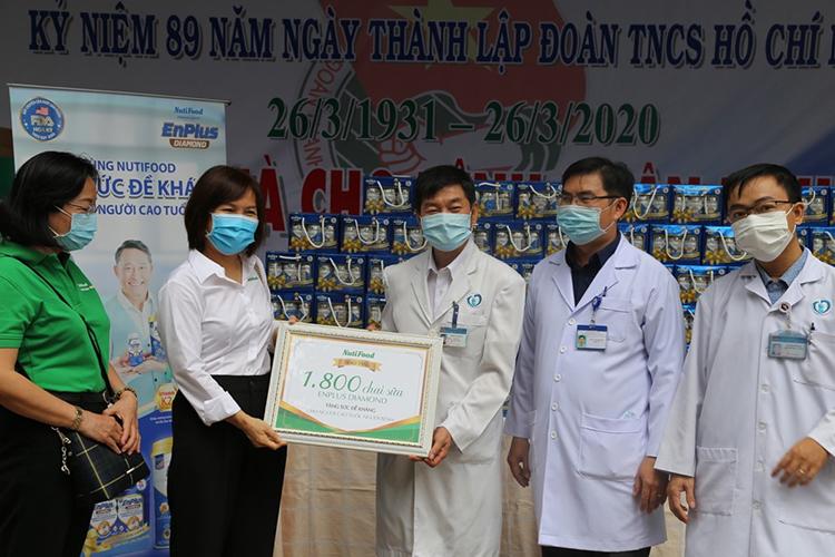 Đại diện Bệnh viện Thống Nhất (Đồng Nai) nhận quà dinh dưỡng từ NutiFood.
