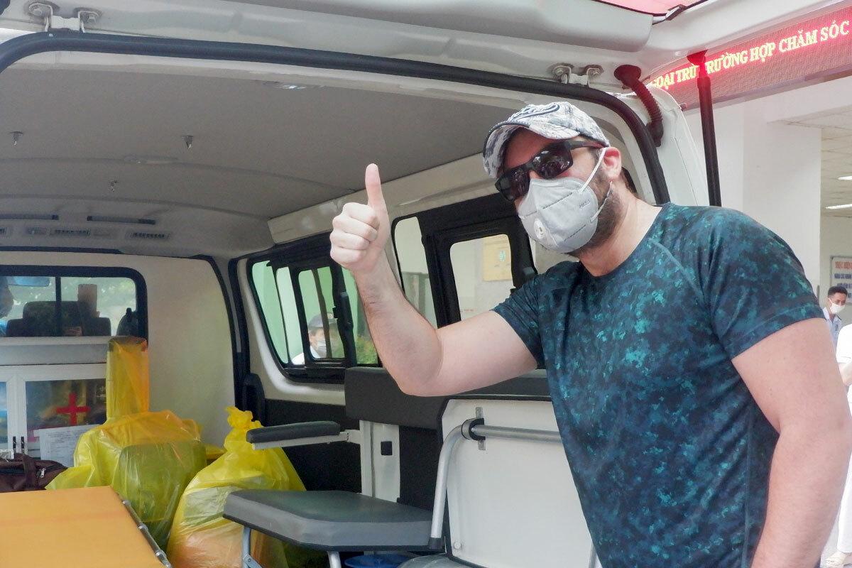 Bệnh nhân người Mỹ vui vẻ rời Bệnh viện Đà Nẵng, chiều 3/4. Ảnh: Văn Chung.