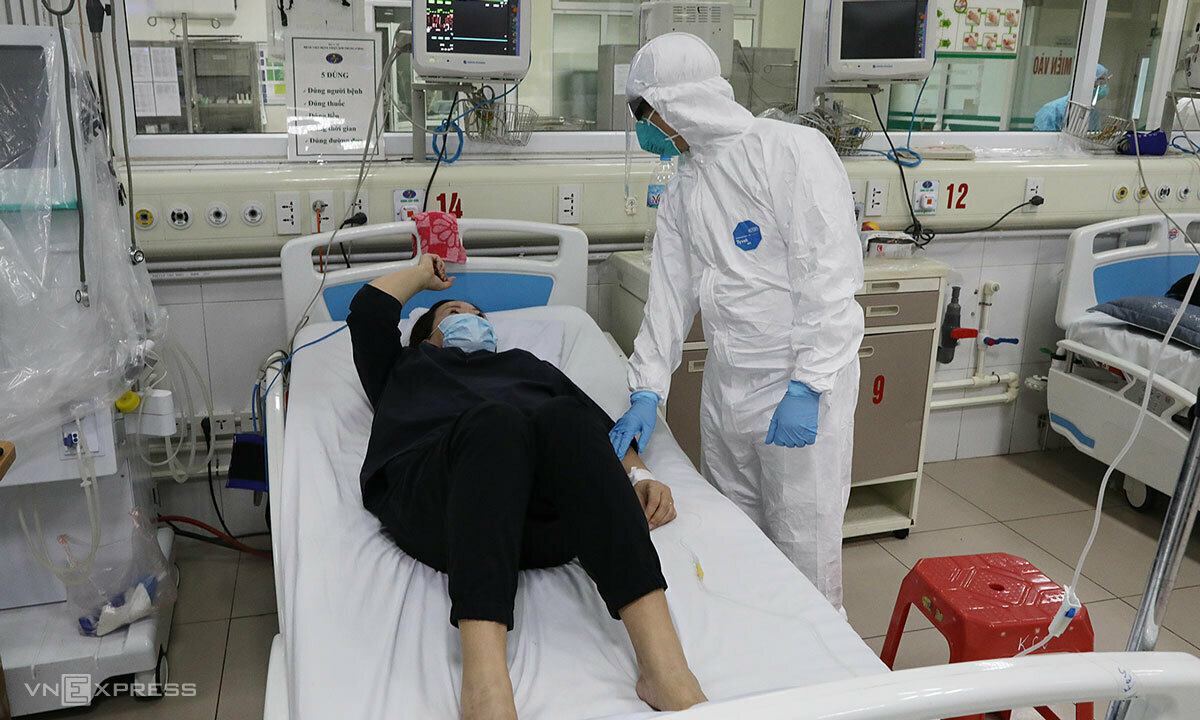 Bác sĩ khám cho bệnh nhân ở Khoa Cấp cứu, Bệnh viện Bệnh nhiệt đới Trung ương ngày 24/3. Ảnh: Ngọc Thành.