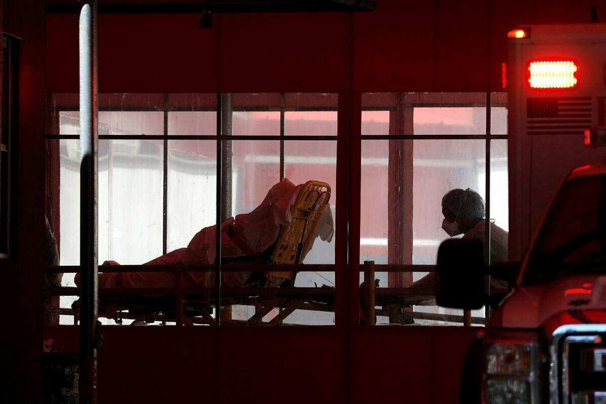 Một bệnh nhân Covid-19 được đưa vàoTrung tâm Bệnh viện Elmhurst ở Queens ngày 27/3. Ảnh: Reuters