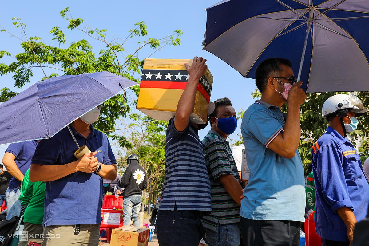 Hàng trăm người đến ký túc xá ĐH Quốc gia TP HCM, cố gắng chờ đợi hàng giờ để tiếp tế cho người thân bị cách ly ngày 23/3. Ảnh: Quỳnh Trần