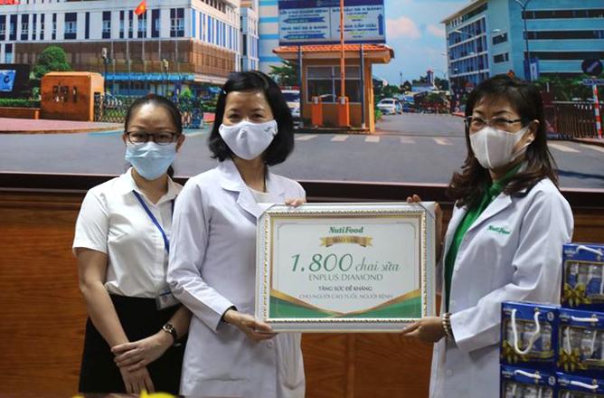 Đại diện nhãn hành NutiFood trao tặng 1.800 chai sữa EnPlus Diamond cho đại diện Bệnh viện Đa khoa Đồng Na