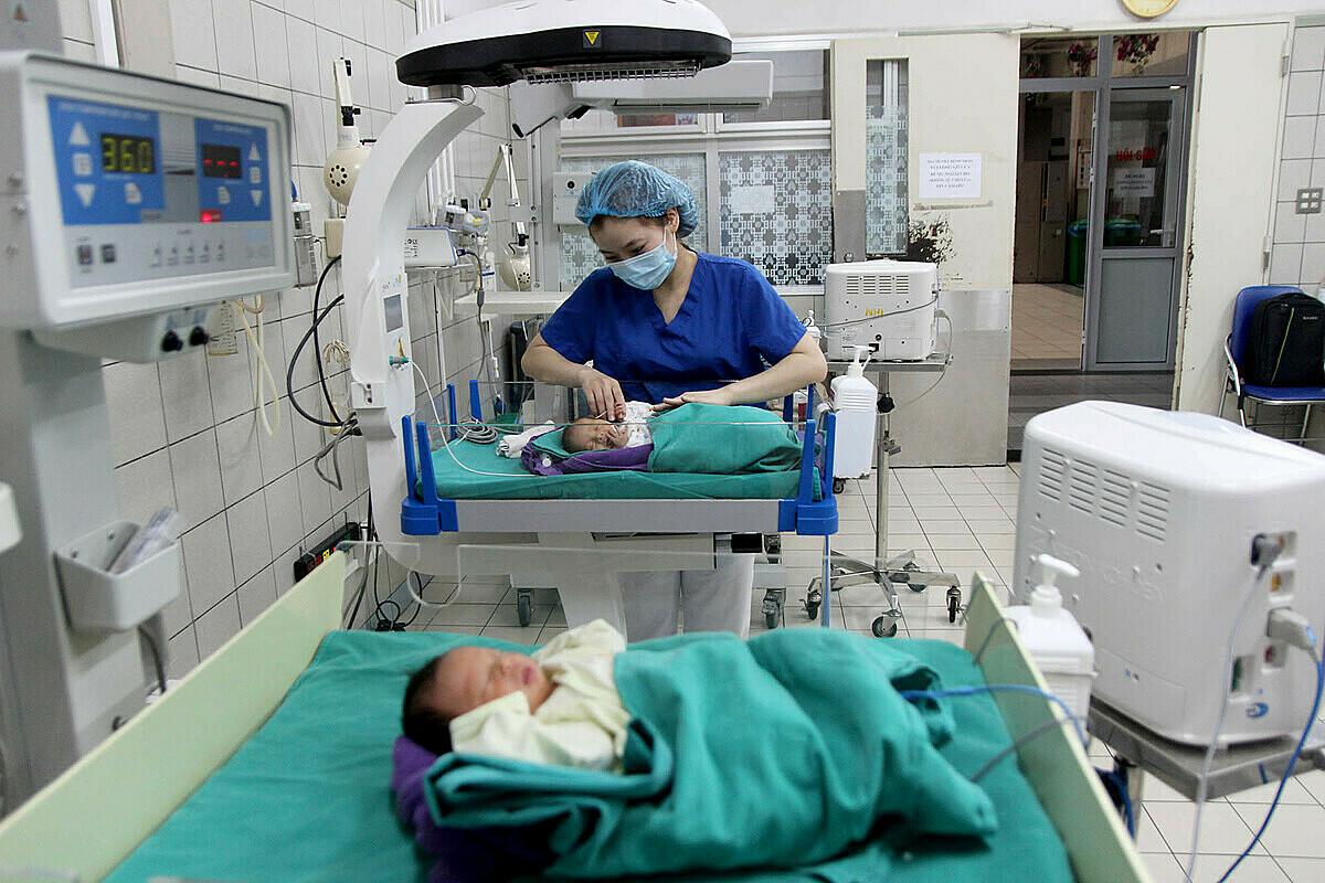 Những em bé sinh non đang được chăm sóc tại khoa Nhi, Bệnh viện Bạch Mai. Ảnh: Mai Thanh.