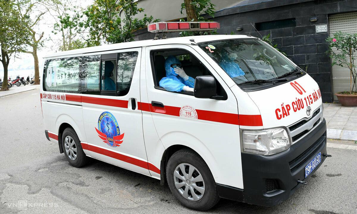 Xe cấp cứu 115 đưa bệnh nhân đi cách ly ngày 25/3 tại Tây Hồ, Hà Nội. Ảnh: Giang Huy.