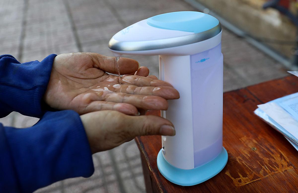 Người dân rửa tay bằng nước khử trùng tại TP.HCM. Ảnh: Quỳnh Trần.