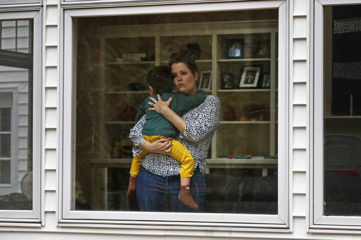 Joy Engel mang thai bế con trai tại nhà ở Cape Elizabeth, Maine ngày 1/4 trong khi chồng cô là bác sĩ quyết định tự cách ly để bảo vệ ba mẹ con. Ảnh: AP