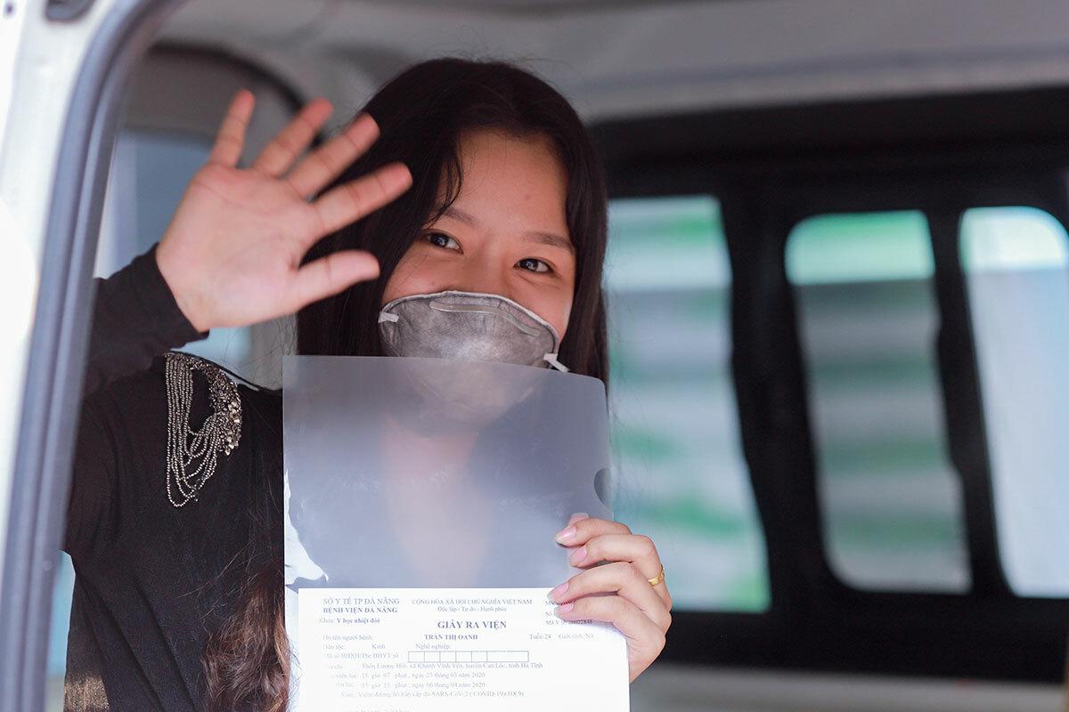 Trần Thị Oanh vẫy tay chào các bác sĩ khi lên xe cấp cứu về quê, chiều 6/4. Ảnh: Nguyễn Đông.
