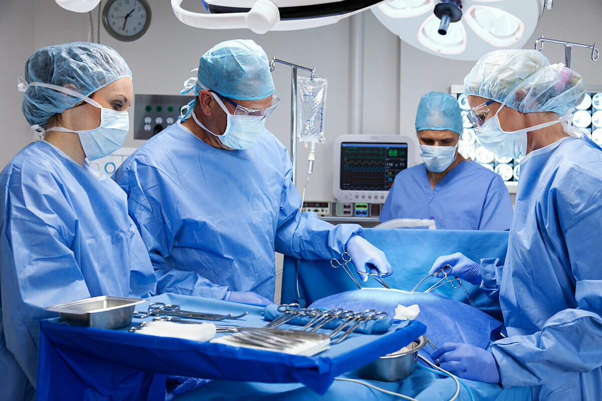 Phẫu thuật là phương pháp phù hợp với nhiều bệnh nhân ung thư thận. Ảnh: Gene Chutka