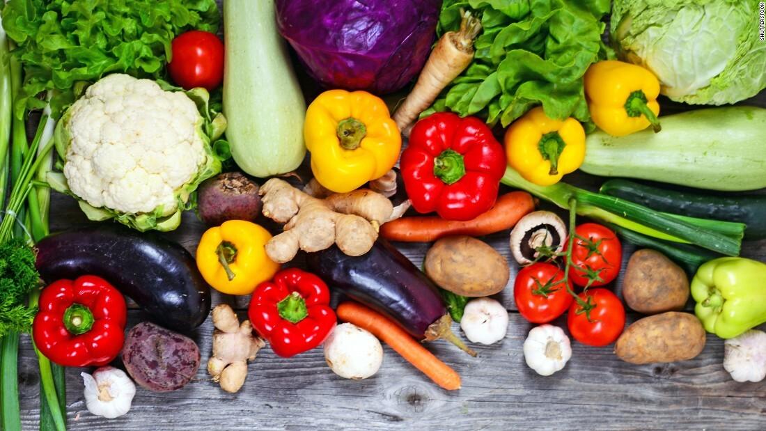 Bệnh nhân ung thư tụy nên bổ sung thêm nhiều trái cây, rau củ vào chế độ ăn. Ảnh: CNN.
