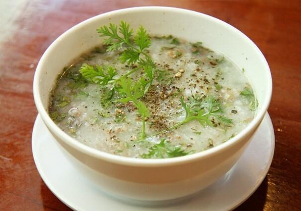 Cháo, súp là những món ăn phù hợp cho bệnh nhân sau phẫu thuật.