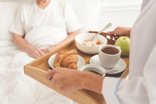 Người bệnh có thể yêu cầu người thân, bạn bè chuẩn bị thức ăn khi quá mệt.