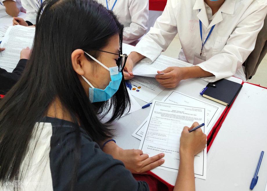 Minh Anh đăng ký thử nghiệm lâm sàng vaccine Covid-19 Việt Nam sáng 10/12. Ảnh: Chi Lê.