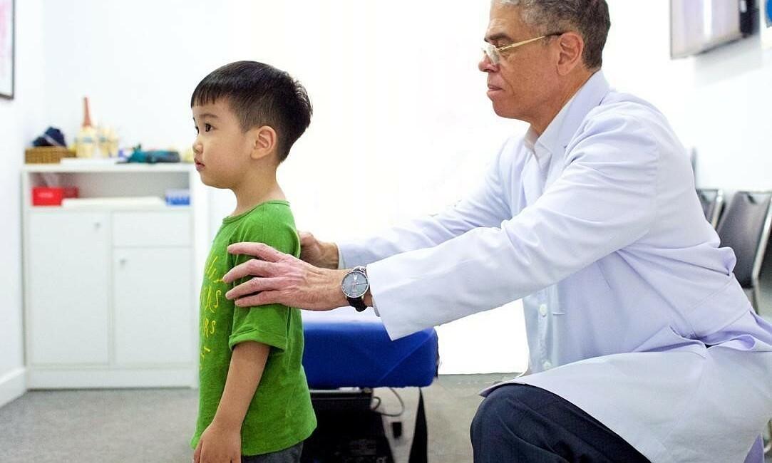 Cách nhận biết gù lưng ở trẻ từ sớm